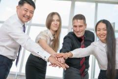 La riuscita gente di affari multirazziale con i pollici aumenta il gesto Immagine Stock Libera da Diritti