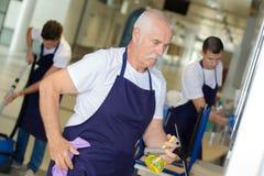 La riuscita pulizia di lavoro di squadra fornisce un servizio ai lavoratori immagine stock libera da diritti