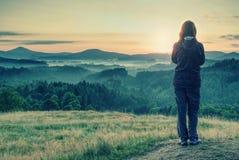 La riuscita viandante femminile prende la foto al bordo fotografia stock libera da diritti