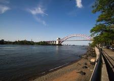 La riva con un fiume e l'inferno Gate il ponte, New York fotografie stock