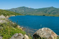 La riva del bacino idrico di Bukhtarma vicino al HPP Fotografia Stock Libera da Diritti