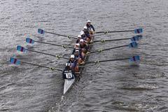 La riva del fiume corre nella testa della gioventù Eights di Charles Regatta Women Immagine Stock