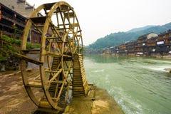 La riva del fiume di legno della ruota idraulica di Fenghuang alloggia la vista Immagine Stock Libera da Diritti