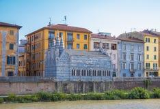 La riva del fiume variopinta del Arno nella città di Pisa fotografie stock