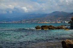 La riva incontra il mare blu Immagine Stock Libera da Diritti