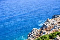 la riva incontra il mare blu Fotografia Stock