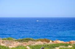 la riva incontra il mare blu Immagini Stock Libere da Diritti
