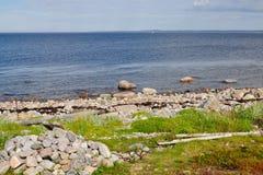 La riva rocciosa del mar Bianco zacky sulla grande isola dell'arcipelago di Solovetsky Fotografie Stock Libere da Diritti
