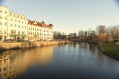 La rivière avec le bâtiment scandinave du côté gauche et du côté droit est parc Photos stock