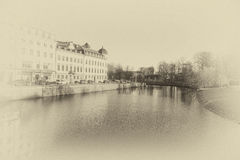 La rivière avec le bâtiment scandinave du côté gauche et du côté droit est parc Photographie stock libre de droits