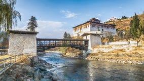 La rivière avec le palais traditionnel du Bhutan, Paro Rinpung Dzong photo stock