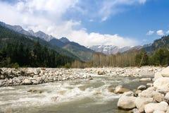 La rivière Beas près de la ville Manali. Image libre de droits