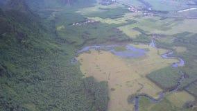 La rivière bleue traverse la vallée précise près de la haute montagne banque de vidéos