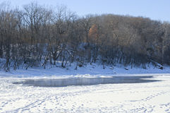 La rivière cachée de parc d'automnes bluffe l'hiver scénique Images libres de droits