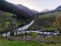 La rivière a causé par la fonte de la neige images stock