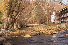 La rivière Chattahoochee et hôtel sur son rivage, Hélène, Etats-Unis photos libres de droits