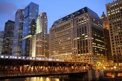 La rivière Chicago comme coucher du soleil Images stock
