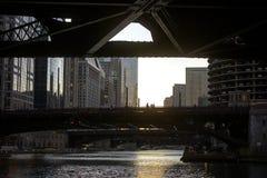 La rivière Chicago et pont dedans du centre Photo stock