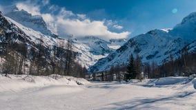 La rivière congelée a été neigée vers le bas photographie stock libre de droits