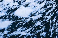 La rivière congelée est couverte de backgr abstrait d'hiver de glace et de neige Photo libre de droits