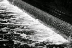 La rivière coule par le rien images stock