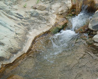 La rivière coule parmi des pierres Photographie stock libre de droits