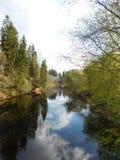 La rivière d'Oredezh et ses banques au coucher du soleil Images stock