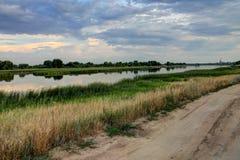 La rivière dans la ville de la saleté Russie, nuit nuageuse Photographie stock libre de droits