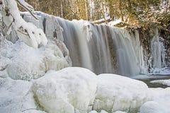 La rivière de Boyne coupe la glace et la neige aux automnes de Hoggs images stock