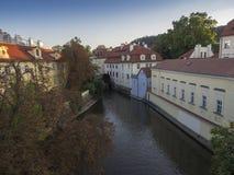 La rivière de Certovka, la Manche du diable, a également appelé Little Prague Venise entre l'île de Kampa et le strana de Mala da photo stock