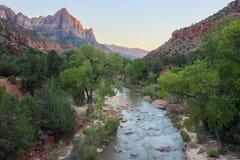 La rivière de gardien et de Vierge du pont de jonction de canyon, Zion National Park, Utah, Etats-Unis Photo stock