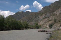 La rivière de Katun coule au pied des massifs de montagne le long de la région de Chui Montagne Altai image libre de droits