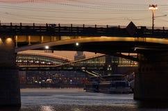 La rivière de la ville au coucher du soleil. Images stock