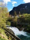 La rivière de montagne avec de l'eau beau bleu coule près des montagnes Image libre de droits