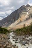 La rivière de montagne, contre les montagnes boisées, commençant pour Photos libres de droits