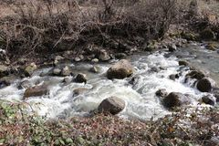 La rivière de montagne coule rapidement images libres de droits