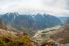 La rivière de montagne dans la vallée Photo libre de droits