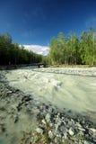 La rivière de montagne dans les montagnes Courant par la gorge la rivière Pierres et terre rocheuse près de la rivière Belle mont photo stock