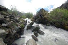 La rivière de montagne dans les montagnes Courant par la gorge la rivière Pierres et terre rocheuse près de la rivière Belle mont image libre de droits
