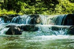 La rivière de montagne dans un jour ensoleillé Photos stock