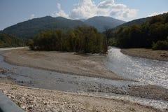 La rivière de montagne en été Images libres de droits