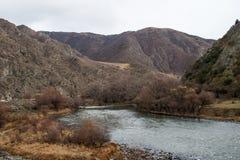 La rivière de montagne en automne Photographie stock