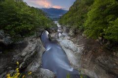 La rivière de montagne en gorge L'eau sur la longue exposition LAN images libres de droits