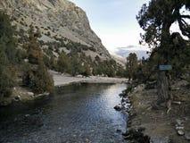 La rivière de montagne entre dans des montagnes de Kazakhstan Photographie stock libre de droits