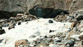 La rivière de montagne fonctionne du glacier, un courant d'eau puissant clips vidéos