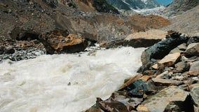 La rivière de montagne fonctionne du glacier, un courant d'eau puissant, mouvement lent banque de vidéos