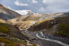 La rivière de montagne près de la chaîne d'Alai Photographie stock libre de droits