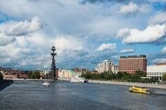 La rivière de Moscou et le parc de Museon des arts Photo stock