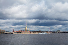 La rivière de Neva, la forteresse de Peter et de Paul Photographie stock libre de droits