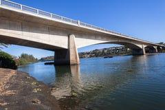 La rivière de pont arque le paysage Image stock